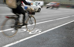 Cyklist i cykelgränd Royaltyfria Bilder