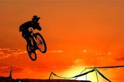 Cyklist i ett hopp Royaltyfri Foto