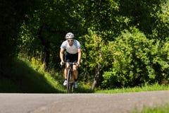 Cyklist i ett stigande Arkivbilder