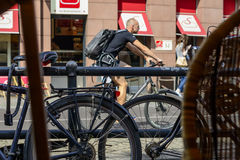 Cyklist i gatan Arkivfoto