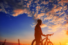 Cyklist i höst på en solig eftermiddag Royaltyfria Bilder