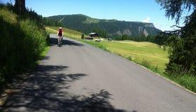 Cyklist i italienska fjällängar Arkivfoto
