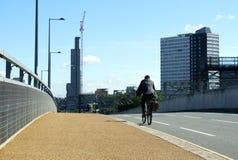 Cyklist i Liverpool, med himmel och byggnader Royaltyfria Bilder