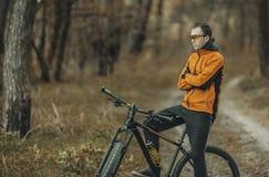 Cyklist i skogen Arkivfoton