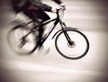 Cyklist i suddig rörelse Royaltyfri Fotografi