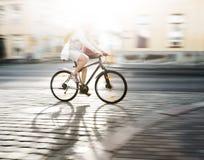 Cyklist i suddighet rörelse Arkivfoton