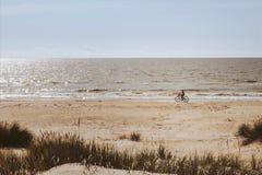 Cyklist längs kanten av havet Royaltyfria Foton
