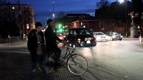 Cyklist med hjälmen på cykeln i centrala London på övergångsstället lager videofilmer