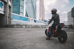 Cyklist och motorcykel nära den stads- i stadens centrum staden arkivbild