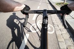Cyklist och skugga av cyklisten royaltyfri fotografi