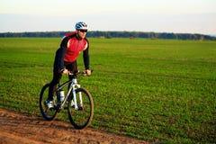 Cyklist på ängslingan Royaltyfri Bild