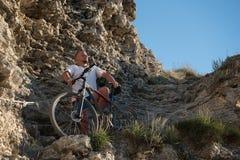 Cyklist på berget Arkivfoton