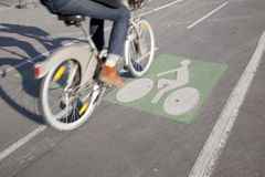 Cyklist på cykelLane Royaltyfria Foton