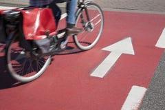 Cyklist på cykelLane Arkivbild