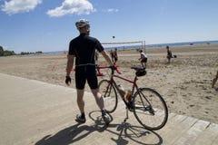 Cyklist på den främre stranden Royaltyfri Foto