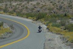 Cyklist på den Route 66 Oatman vägen fotografering för bildbyråer