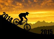 cyklist på den sluttande cykeln Arkivbild