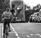 Cyklist på den Westminster bron i den London - Westminster gatasikten - LONDON - STORBRITANNIEN - SEPTEMBER 19, 2016 Arkivfoton