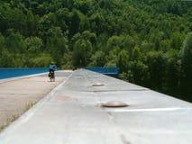 Cyklist på en bro Royaltyfri Foto