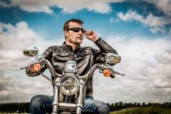 Cyklist på en motorcykel Royaltyfri Bild