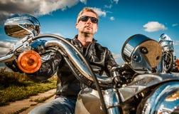 Cyklist på en motorcykel Royaltyfri Foto