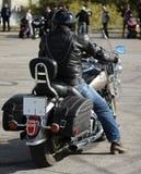 Cyklist på en motorcykel Arkivbild