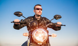 Cyklist på en motorcykel Royaltyfri Fotografi