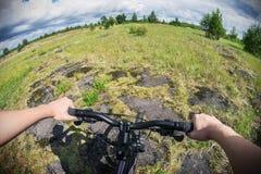 Cyklist på en mountainbike på ett skogspår Royaltyfri Fotografi