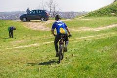 Cyklist på hinderkurs Fotografering för Bildbyråer