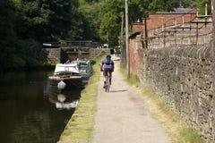 Cyklist på kanaldragväg royaltyfri fotografi