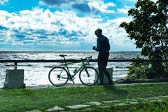 Cyklist på kusten Royaltyfria Bilder