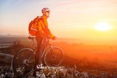 cyklist på mountainbikebakgrund av den härliga solnedgången Royaltyfria Bilder