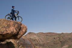Cyklist på stenen Royaltyfria Bilder