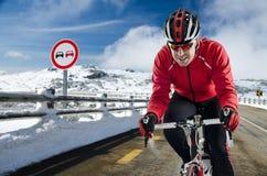 Cyklist på vägen Arkivbilder