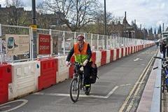 Cyklist på Princes Gata Edinburgh Arkivbild