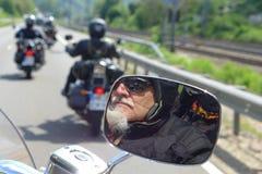 Cyklist reflekterad i backspegeln royaltyfri fotografi
