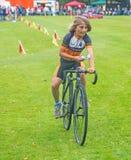 Cyklist som bär bända pengar Arkivfoton