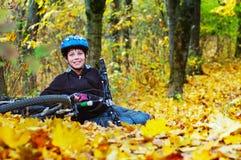 Cyklist som bär en hjälm som vilar, når att ha cyklat royaltyfria foton