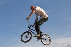 Cyklist som cyklar cykelsporten BMX Fotografering för Bildbyråer