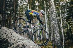 Cyklist som cyklar ner en stor sten Royaltyfria Foton