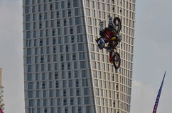 Cyklist som gör trick Arkivfoto