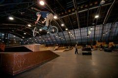 cyklist som gör tricktruckdriver Royaltyfria Foton