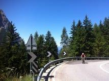 Cyklist som klättrar Alpe di Siusi Arkivfoton
