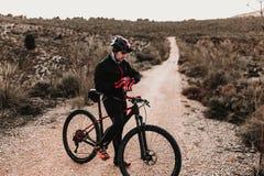 Cyklist som ner rider cykeln Rocky Hill p? solnedg?ngen Extremt sportbegrepp arkivbild