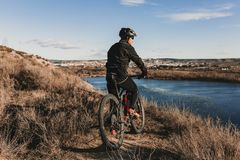 Cyklist som ner rider cykeln Rocky Hill p? solnedg?ngen Extremt sportbegrepp royaltyfri foto