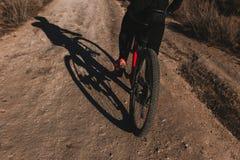 Cyklist som ner rider cykeln Rocky Hill p? solnedg?ngen Extremt sportbegrepp royaltyfria foton