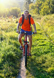 Cyklist som rider en cykel på vägen Arkivbild