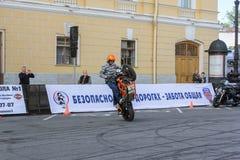 Cyklist som visar expertis för en motorcykelkörning Fotografering för Bildbyråer