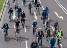 Cyklist` ståtar i Magdeburg, Tyskland f.m. 17 06 2017 Dag av handling Många cyklar för ungdomarritt Royaltyfri Fotografi
