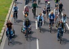 Cyklist` ståtar i Magdeburg, Tyskland f.m. 17 06 2017 Dag av handling Många personer av olika åldrar rider cyklar i Magdeburg Fotografering för Bildbyråer